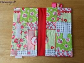 Luieretui, groen/rood patchwork met roosjes en rood fleece.