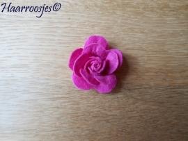Haarbloem, fuchsia roze vilten roos.