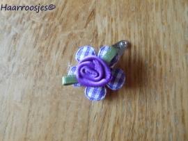 Haarspeldje, new born, met een paars geruit bloemetje en een paars roosje.