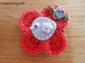 Haarlokspeldje, rood gehaakt bloemetje, grijs vogeltje en grijs roosje.