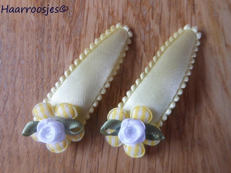 Haarspeldjes, meisje, geel met geel geruit bloemetje en wit roosje.