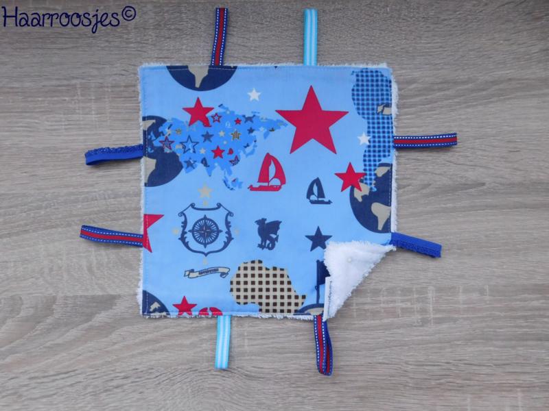 Labeldoekje, blauw met wereldbollen, landkaarten en piratenvlaggen en wit badstof en 8 labeltjes - 1.