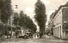 Steenstraat met tram