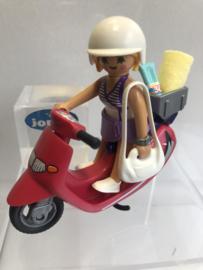 Meisje op scooter