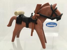 Paard met zadel, dekenrol en geweer