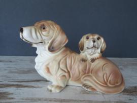 beeldje Teckel met puppy op de rug