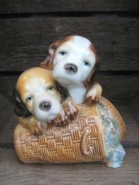 beeldje Beaglepups op druivenmand vintage