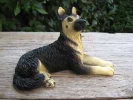 beeldje Duitse Herder liggend