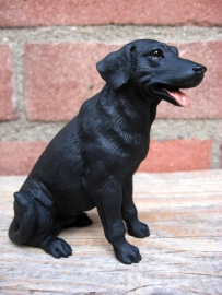 beeldje Labrador zwart zittend