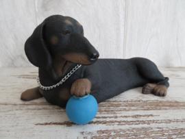 beeldje Teckel korthaar black & tan met bal