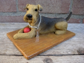 beeldje Airedale Terrier liggend