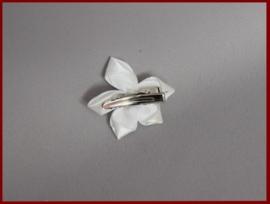 Haarklem satijnen bloem met kraaltjes Ivoor (491)