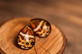 Bruine vlinder oorbellen druppel