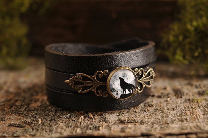 Howling Wolf Armband