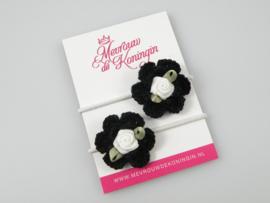 Gehaakte bloem zwart met wit roosje