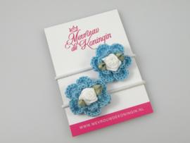 Gehaakte bloem blauw met wit roosje