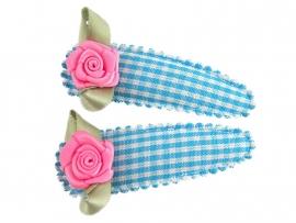 Haarspeldjes lichtblauw geruit met fuchsia roosje
