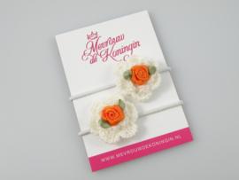 Gehaakte bloem wit met oranje roosje