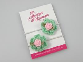 Gehaakte bloem groen met roze roosje