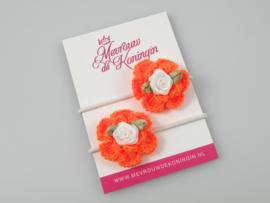 Gehaakte bloem oranje met wit roosje
