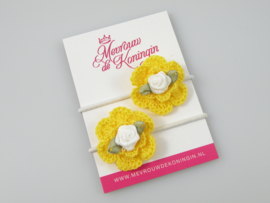 Gehaakte bloem geel met wit roosje