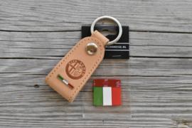 ALFA ROMEO GIFTSET  Sleutelhanger tuigleer + vlaglabel tricolore