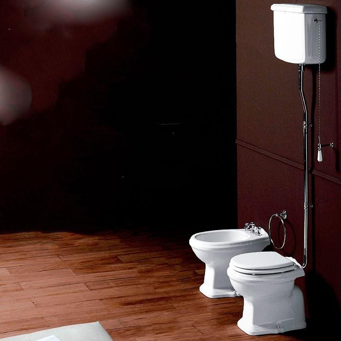 klassiek toilet AO met hooghangend reservoir en verchroomde valpijp