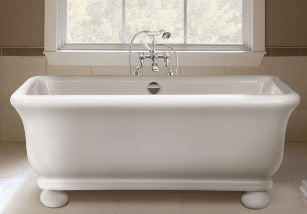 klassieke badkamer met bad op poten en badmengkranen