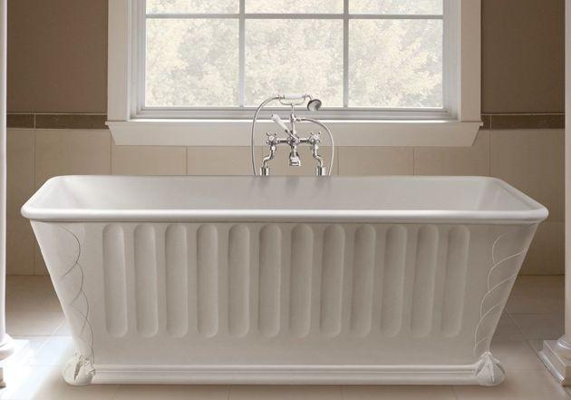 klassieke badkamer met design vrijstaand bad, badmengkraan
