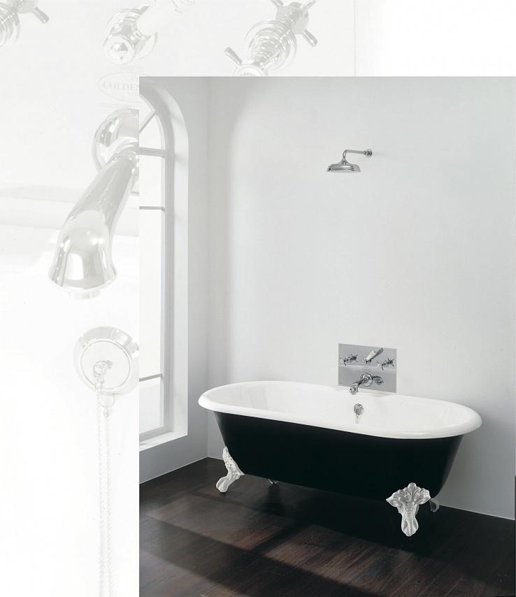 klassieke badkamer met badmengkraan en klassiek vrijstaand bad