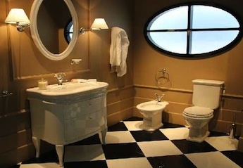 klassieke badkamers, simas landelijke wastafel met meubel en klassieke wc, Simas toilet met hooghangend stortbak