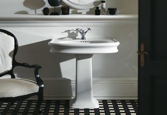 klassieke wastafelkraan en wastafel, landelijke badkamers