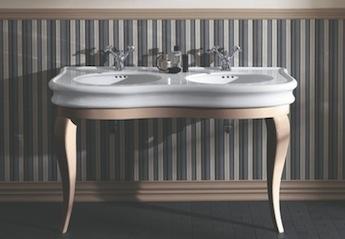 klassiek badkamer, dubbele wastafel en klassieke wastafelkranen