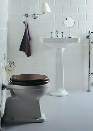 landelijke badkamer, klassieke wastafel en kraan