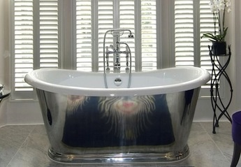 klassieke badkamer met inloopdouche en bad