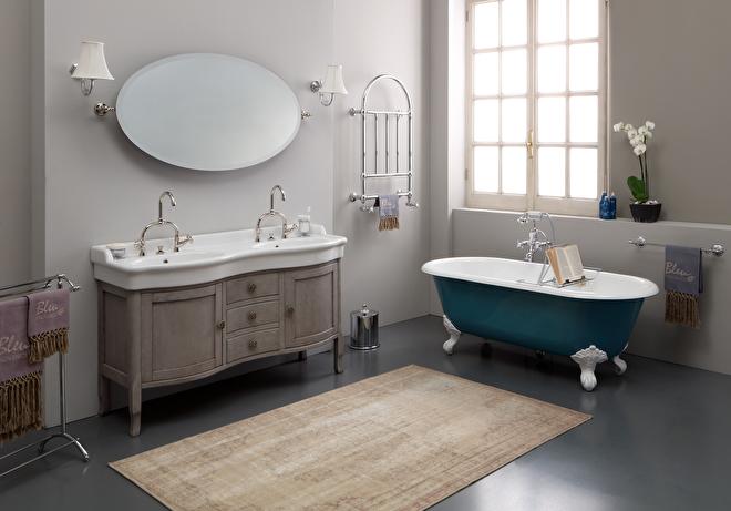 badkamer met klassieke meubels en dubbele wastafel met onderkast hout