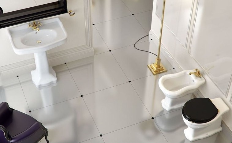 klassieke badkamer, wastafel en toilet