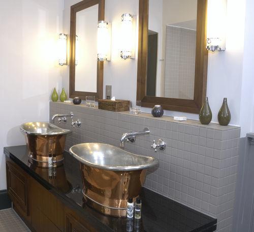 landelijke badkamer, klassieke koperen wasbak