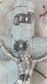 Oud corpus van jezus aan zinken kruis