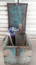 Oude kist met ijzeren klep