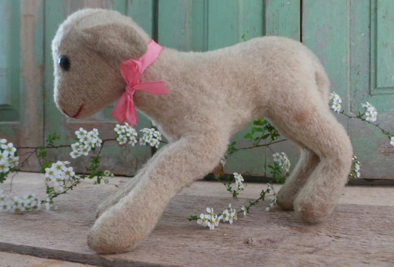 Oud speelgoed lammetje roze lintje