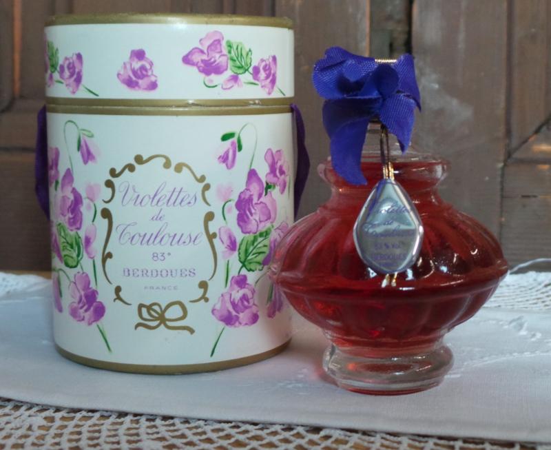 Oud doosje met viooltjes parfum VERKOCHT