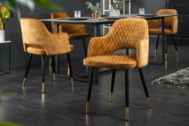 Moderne stoel mosterdgeel met decoratieve quilten en gouden voetdoppen