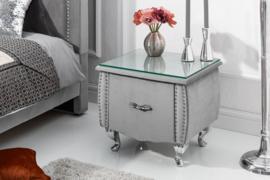 Elegant nachtkastje EXTRAVAGANCIA 47 cm zilvergrijs fluwelen nachtkastje met lade