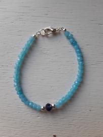 Armbandje, lichtblauw met kraal