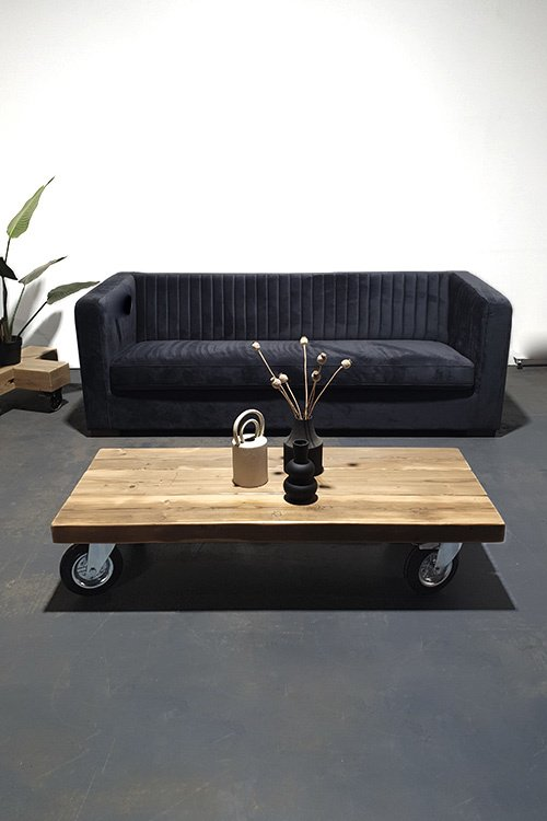 Stoere houten salontafel op wielen