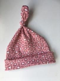 Knoop mutsje 'Leopard roze'