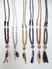 BOHO stijl: lange Ibiza ketting van leer met houten kralen en veren