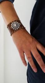 Brede leren armband met grote Zeeuwse knop