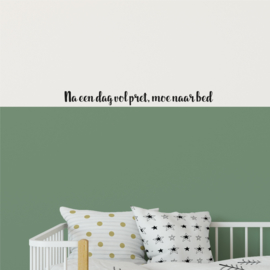 Muurtekst 'Na een dag vol pret, moe naar bed' - 55 cm